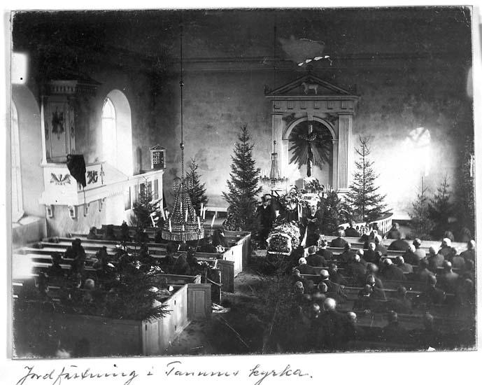 """Text på kortet: """"Jordfästning i Tanums kyrka""""."""