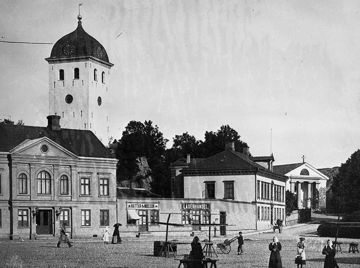 Vy från Kungstorget i Uddevalla upp mot klocktornet