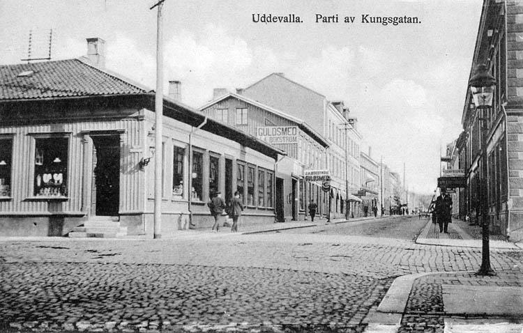 Uddevalla. Parti av Kungsgatan. Förlag: J. F. Hallmans bokhandel, Uddevalla.