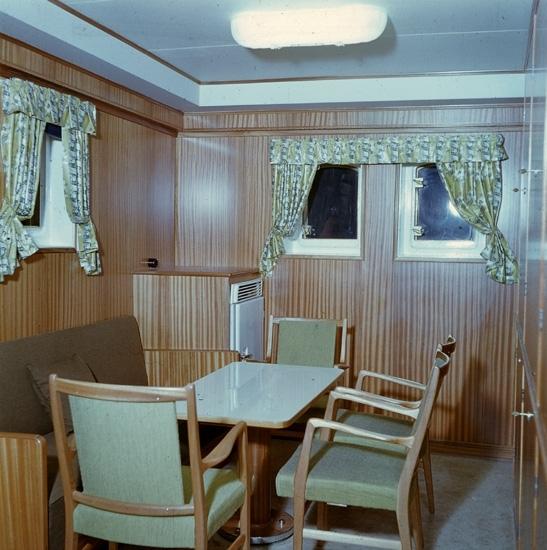 Fartygsinteriör från fartyget 133 T/T Josefina Thordén. Befälets kontor och fartygsbibliotek.