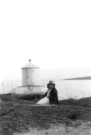 """Enligt noteringar: """"Vid Tärnö fyr 1924."""""""