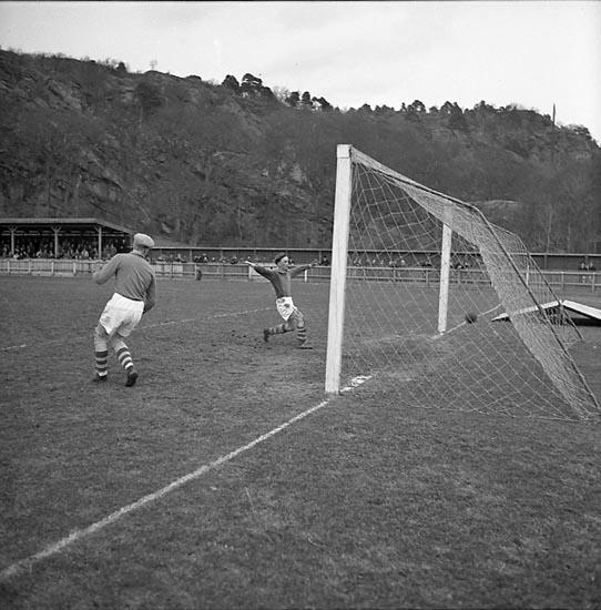 """Enligt notering: """"Fotboll (U.I.S. - Stigen) 27/4 1947""""."""