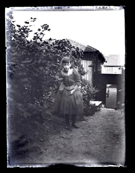 Arfhild i trädgården.