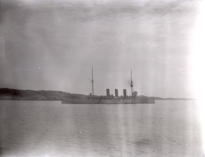 """HMS """"Fylgia"""" söder om Ärholmen samt """"Lysekil"""" full med folk. Resp. tagna i mitten av juni och söndagen den 8 juli 1923. 2 st."""