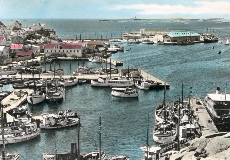 """Tryckt text på kortet: """"Gravarne. Hamnparti"""". Notering på kortet: """"Hamnen i G. mot SSV. 1954""""."""