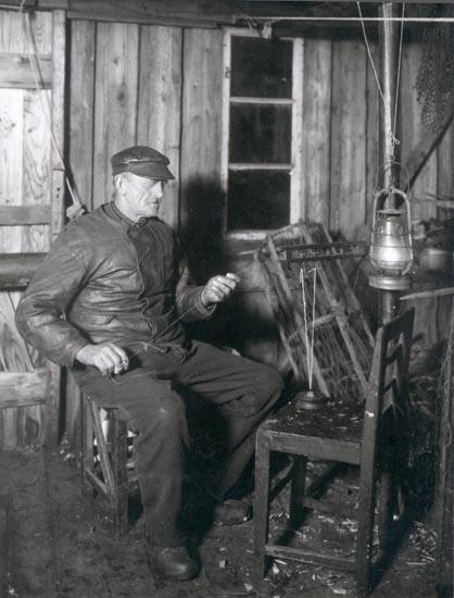 """Noterat på kortet: """"SMÖGEN"""". """"SMÖGENFISKARE MED KÄNSELAG"""". """"FOTO (B71) DAN SAMUELSON 1924. KÖPT AV DENS. DEC. 1958""""."""