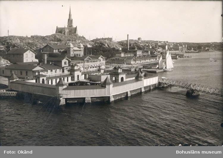 """Noterat på kortet: """"BADOMRÅDET M. DAMBASS. I FÖRGR"""". """"FOTO NORD. KONST 6001/5""""."""