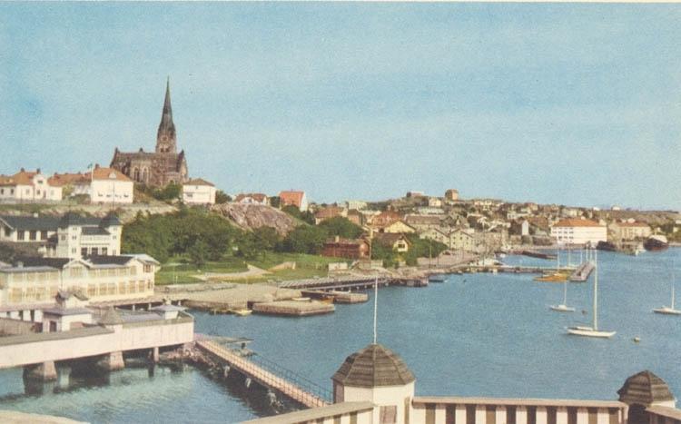 """Tryckt text på kortet: """"Lysekil Badhusområdet"""". """"Albert Wallins Bokhandel"""". """"1919 Färgfotografi""""."""
