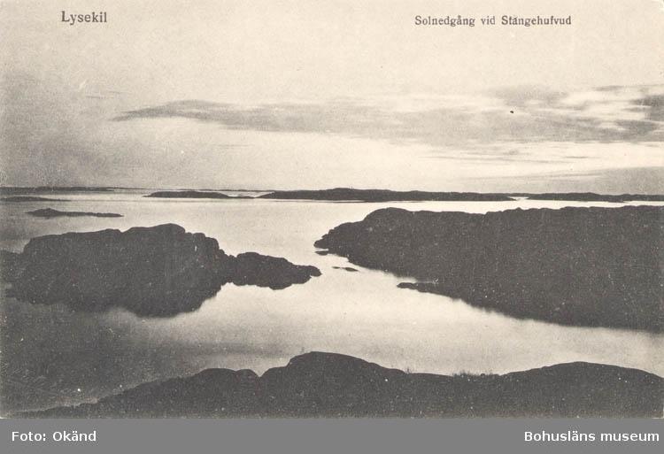 """Tryckt text på kortet: """"Lysekil. Solnedgång vid Stångehuvud."""" """"Lysekils Pappers- och Musikhandel. Gerda Ohlsson."""""""