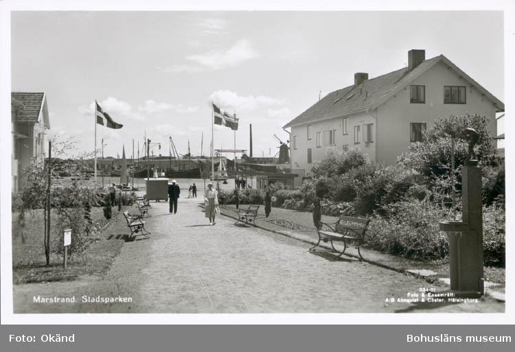 """Noterat på kortet: """"Marstrand. Stadsparken.""""  """"Förlag: C. J. Johansson, Marstrand."""""""