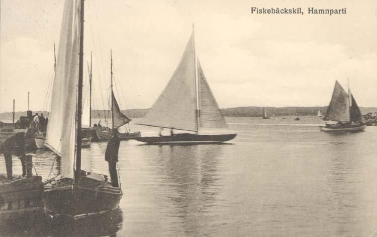 """Tryckt text på kortet: """"Fiskebäckskil. Hamnparti.""""  """"Tyra Dahlqvist, Fiskebäckskil."""""""