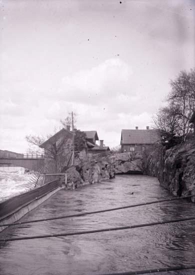 """""""Kanalen till fabriken"""" enligt text som medföljde bilden. Till vänster i bild syns en forsande Göta älv."""