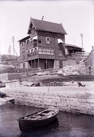 """Enligt text som medföljde bilden: """"Reinholdska villan från hamnen."""" ::"""