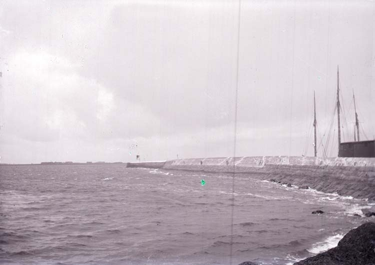 """Enligt text som medföljde bilden: """"Varberg, Hamnpiren 3/9 08""""."""