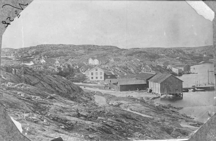 """""""Tullhuset vid vägen som går från Badhuset. De stora magasinen ligger där som nu fisktorget är omkring 1860 [Lysekil]"""" enligt text som medföljde bilden."""