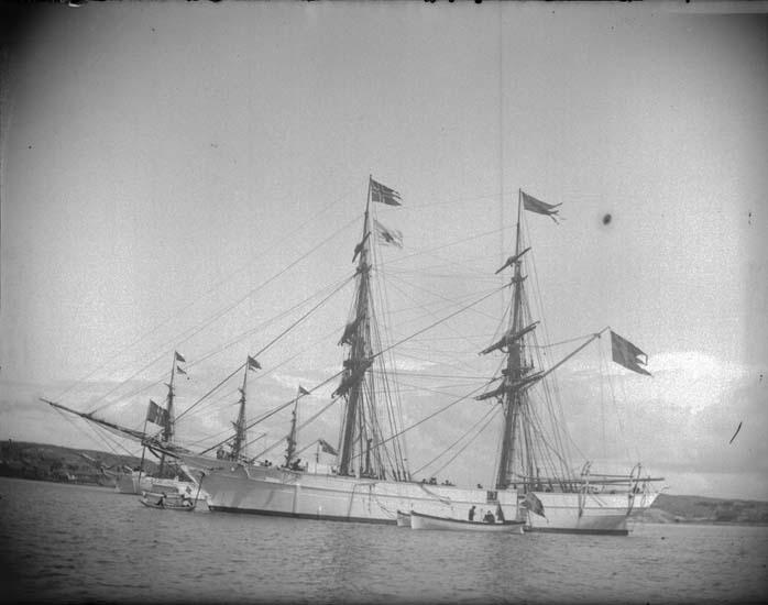 """Enligt text som medföljde bilden: """"Lysekil. Skeppsgossebriggen """"Gladan"""". Liten parad 24/6 1899."""""""