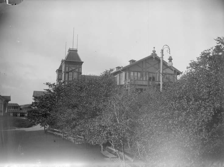"""Enligt text som medföljde bilden: """"Lysekil. Societetssalongen fr. Badhuset 1898""""."""