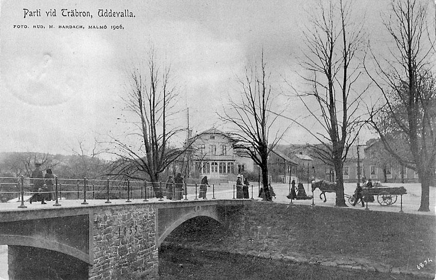 """Tryckt text på vykortets framsida: """"Parti vid träbron Uddevalla"""".  ::"""