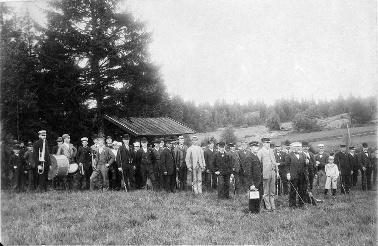 """Enligt fotografens anteckningar: """"1943 Nr 63. Ateljén i Munkedal troligen en som hette Hansson och ateljén Skyttefest Repr. av gammal plåt från omkring 1900-talet""""."""