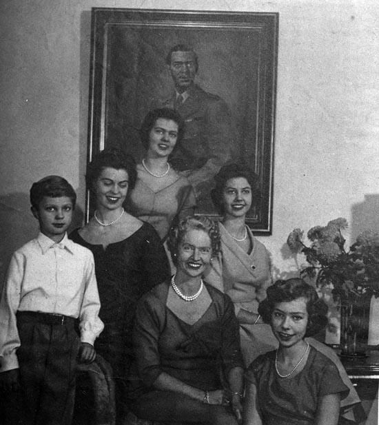 """Enligt fotografens noteringar: """"Prinsessan Sibylla med familj.1957."""""""