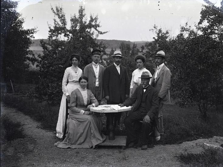 """""""1905. Far omkring 60 år mor -51. Selma.""""  """"Sittande vid bordet, Elemina och Johan Henrik Sahlberg. Selma stående längst till vänster."""""""