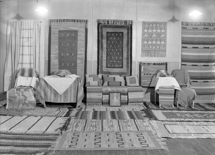 """Text som medföljde bilden: """"1938. 2. Vävkursens avslutning i Foss."""""""