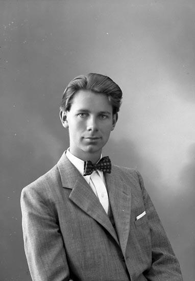 """Enligt fotografens journal nr 7 1944-1950: """"Olsson, Herr Carl-Erik Västra gatan 80 Kungälv""""."""