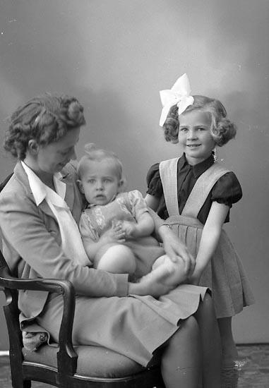 """Enligt fotografens journal nr 7 1944-1950: """"Sundberg, Fru Ruth Eidern Här""""."""