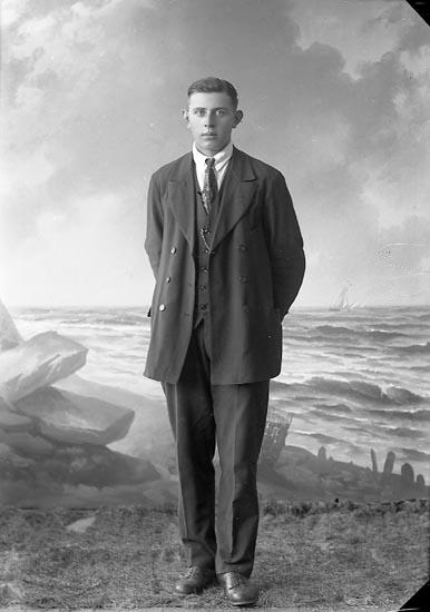 """Enligt fotografens journal nr 3 1916-1917: """"Olsson, Magnus Grindstorp ,Spekeröd""""."""