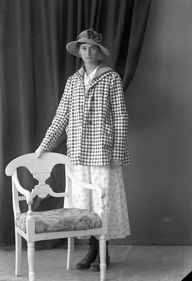 """Enligt fotografens journal nr 3 1916-1917: """"Larsson, Signe Grössbacke, Spekeröd""""."""