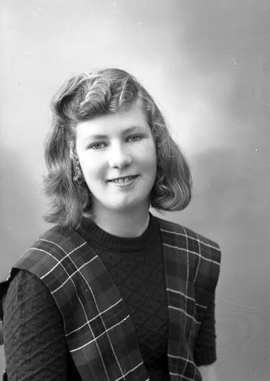 """Enligt fotografens journal nr 7 1944-1950: """"Johansson, Fr. Gunhild Solgården Här""""."""