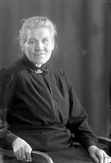 """Enligt fotografens journal nr 4 1918-1922: """"Johansson, Elin Kyrkenorum Här""""."""