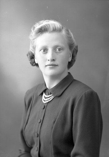 """Enligt fotografens journal nr 8 1951-1957: """"Gustafsson, Ester Släbo Kode""""."""