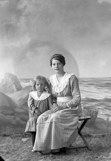 """Enligt fotografens journal nr 3 1916-1917: """"Olsson, Linnéa Mölneforsen, Hjälteby""""."""