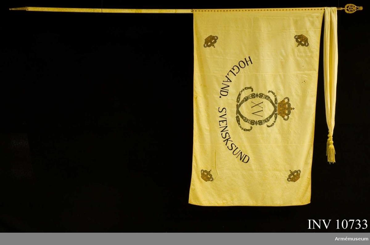Grupp B. Vit fana med Carl XV:s krönta namnchiffer och med slutna kronor i hörnen samt segernamnen Hogland och Svensksund. Samhörande spets med CXV:s namnchiffer, kravatt, vit med tofsar.