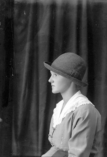 """Enligt fotografens journal Lyckorna 1909-1918: """"Gustafsson, Ragnhild, Ljungskile""""."""