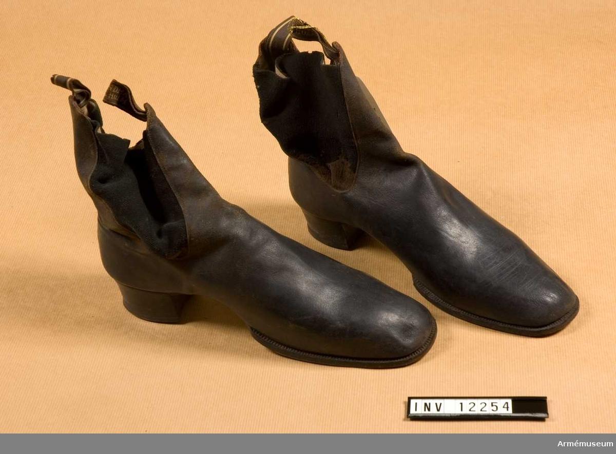 Grupp C I. Ett par. Svarta, i läder. Av äldre modell.