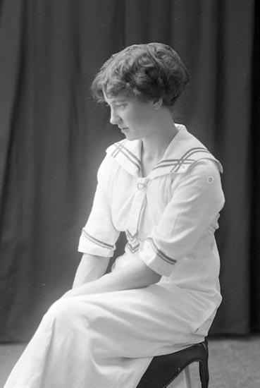 """Enligt fotografens journal Lyckorna 1909-1918: """"Grankvist, Fr. Ester Lyckorna""""."""