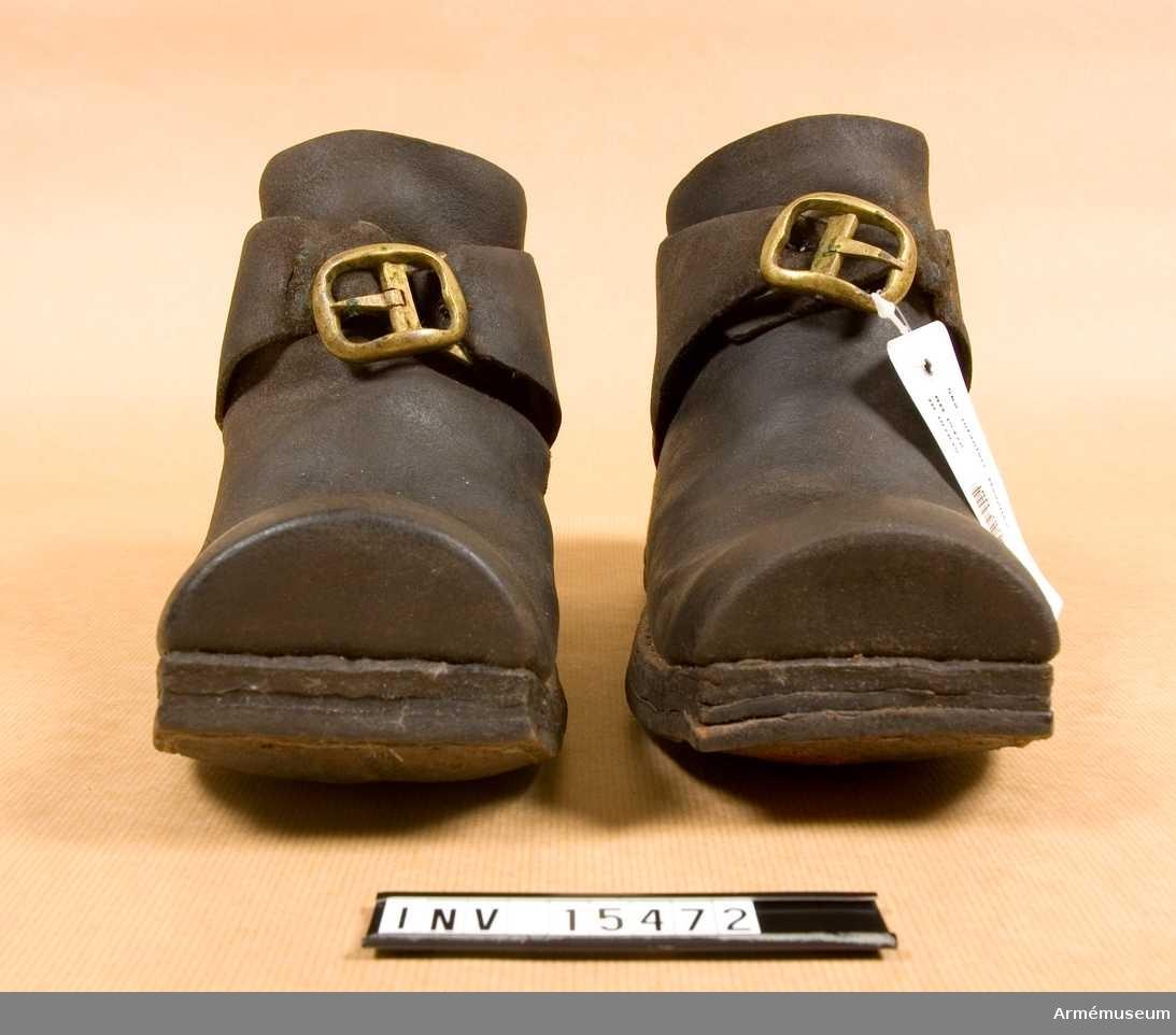 Grupp C I. Ett par skor med mässingsspännen.
