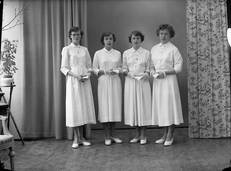 "Enligt fotografens journal nr 8 1951-1957: ""Abrahamsson Birgitta, Inga-Lill Bäckman, Elsie Hilmersson, Birgitta Alfredsson, Stenungsund""."