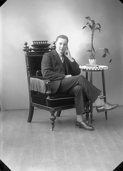 """Enligt fotografens journal nr 5 1923-1929: """"Blomqvist, Tage, Åh Ödsmål""""."""