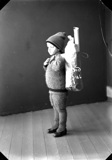 """Enligt fotografens journal nr 4 1918-1922: """"Enander Olof, julkort, Allmänna vägen Gbg""""."""