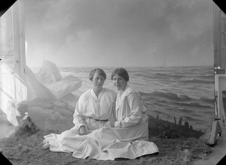 """Enligt fotografens journal nr 3 1916-1917: """"Nordin, Berta Kullgrens Ön""""."""