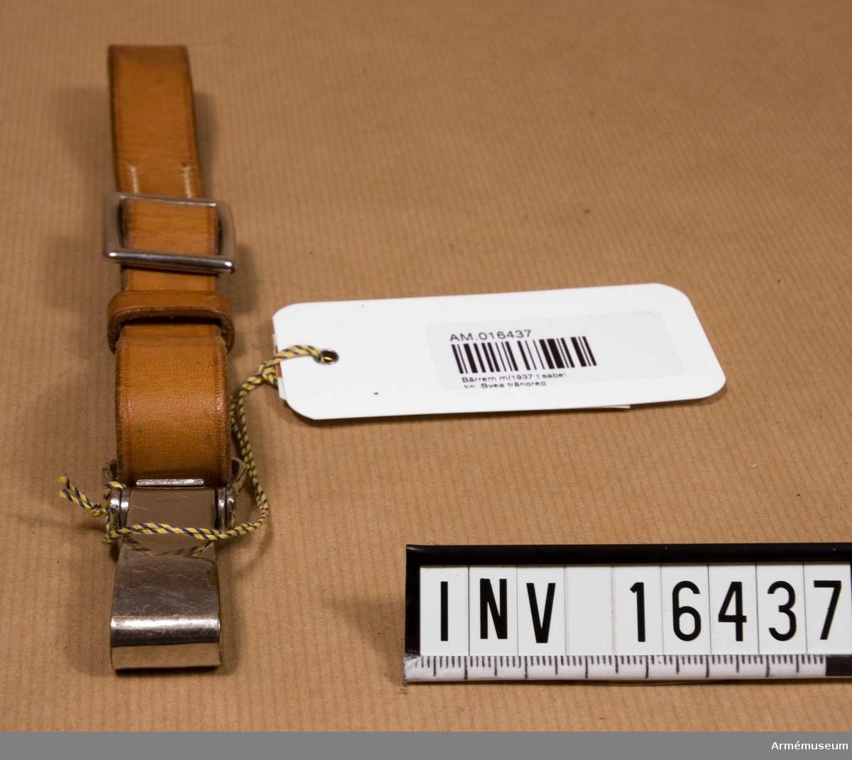 Sabelbärrrem m/1937, kapten, T 1.Av läder med karbinhake och spänne av vitmetall och en lädersölja. Tillhör livrem AM 16433.Tidigare ägare: se AM 16425.