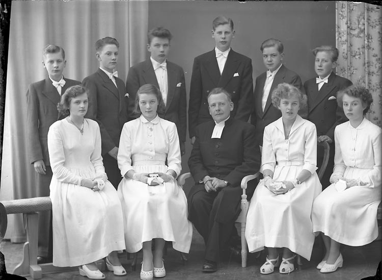 "Enligt fotografens notering: ""Kyrkoh. Norén. Ödsmåls Konfirmander Ödsmål. 1953""."