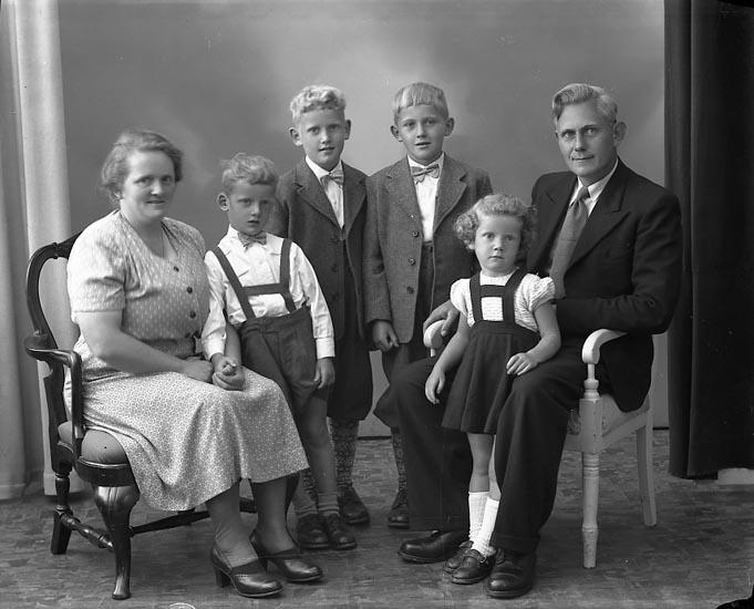 """Enligt fotografens journal nr 8 1951-1957: """"Larsson, Herr Lars, Sävelycke, Jörlanda""""."""