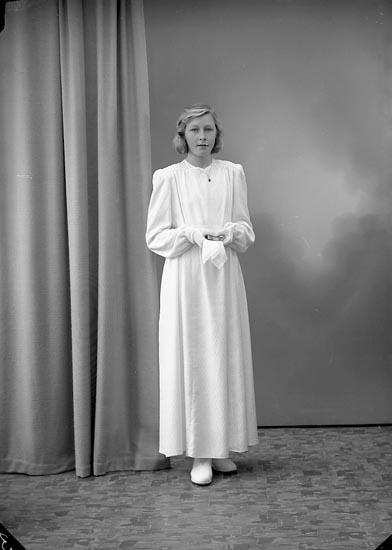 """Enligt fotografens journal nr 7 1944-1950: """"Svensson, Astrid Kyrkeby Jörlanda""""."""