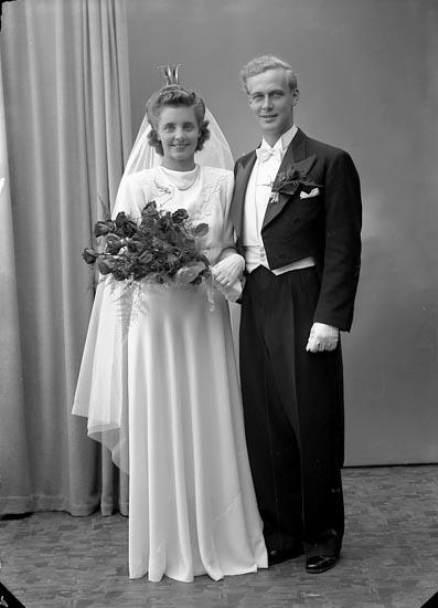"Enligt fotografens journal nr 7 1944-1950: ""Ryheden, Brudparet Strand Här""."