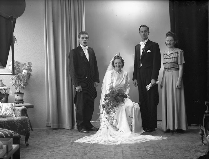 "Enligt fotografens journal nr 7 1944-1950: ""Svensson, Herr Erik Lektorsvägen 8 B""."