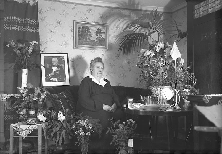 "Enligt fotografens journal nr 7 1944-1950: ""Andersson, Fru Charlotta Linneaboden""."